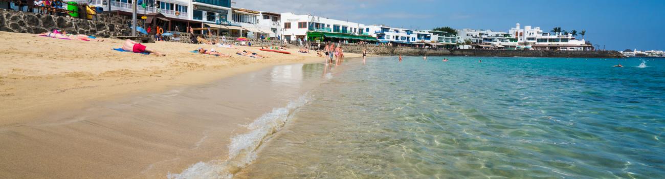 Agua transparente en la Playa del Pueblo - Playa Blanca, Yaiza.