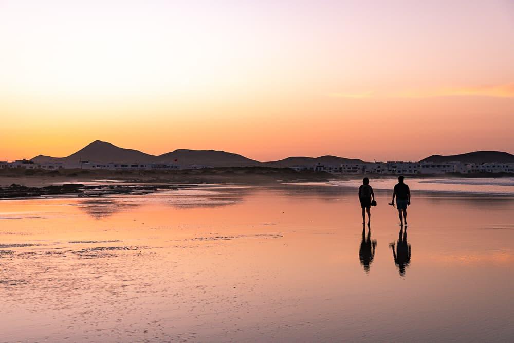 paseo atardecer playa de famara